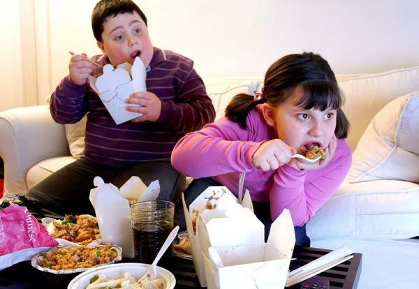 خوردن تنقلات هنگام تماشای تئاتر